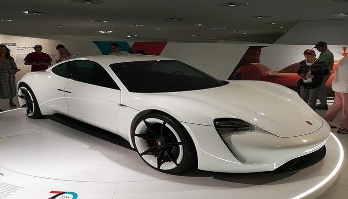 Электрокар Porsche Taycan проходит испытания на севере Швеции