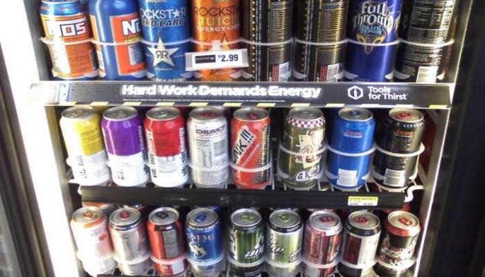 В Азербайджане предлагается запретить продажу энергетических напитков детям