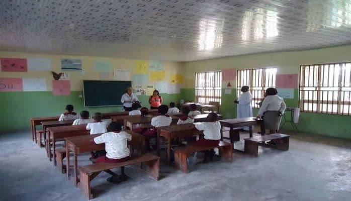Azerbaycanlı kadın Nijerya`da okul yaptırdı