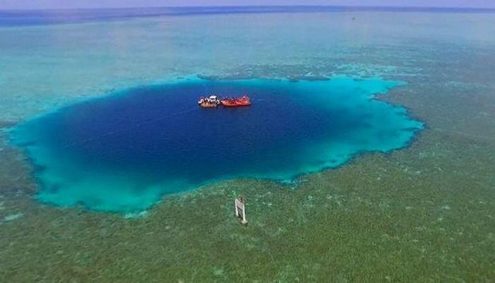Ученые обнаружили самую глубокую голубую дыру на Земле