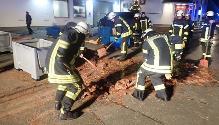 Almaniyada bir ton şokolad yola dağıldı