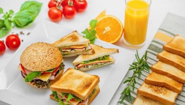 Ученые назвали лучший напиток для употребления жирной пищи