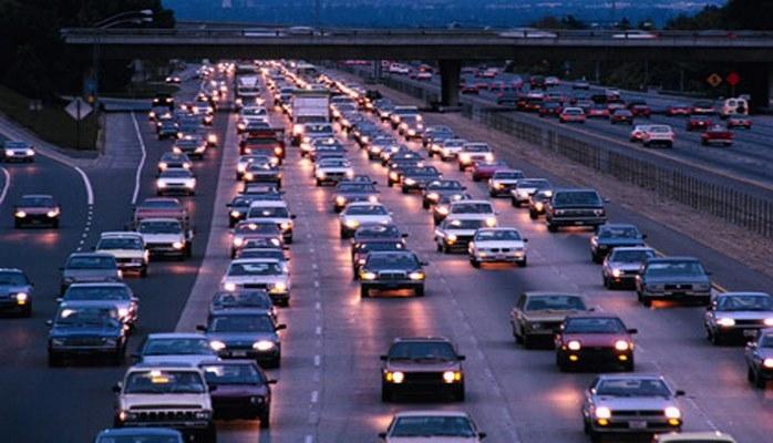 На ряде центральных улиц Баку наблюдается высокая плотность движения автомобилей