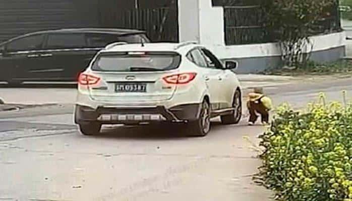 В Китае ребенок чудом выжил под колесами машины