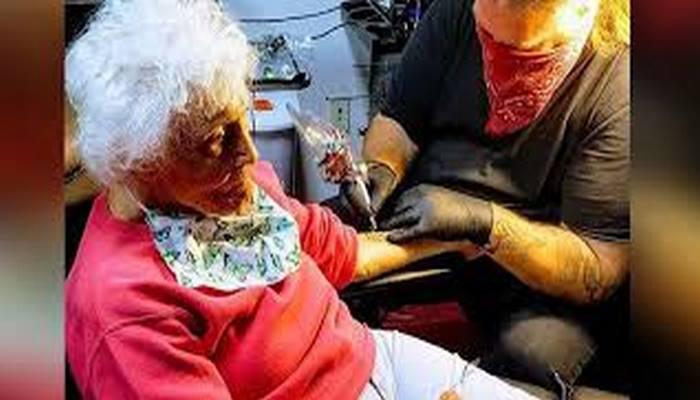103 yaşında ilk dövmesini yaptırdı