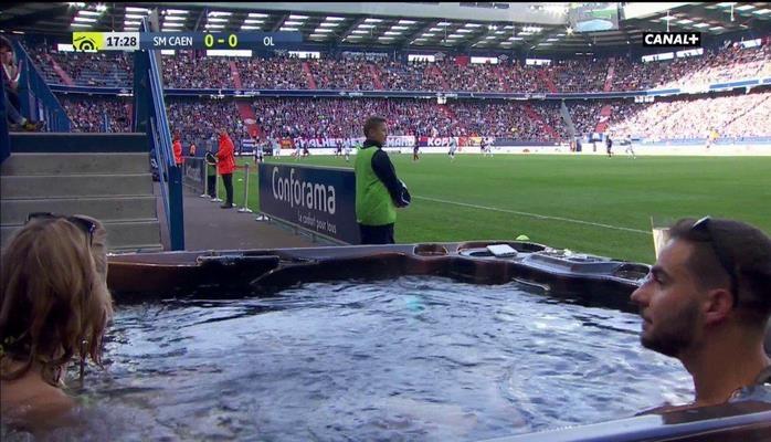 В чемпионате Франции болельщики смотрели матч из джакузи у поля