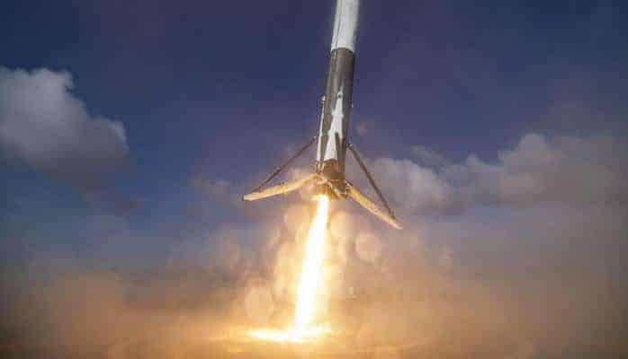 Первая ступень ракеты Falcon X успешно вернулась на космодром