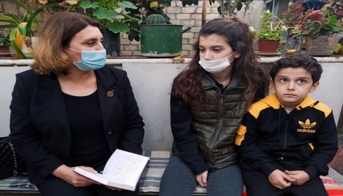 ƏƏSMN əməkdaşları Ermənistanın Gəncəyə raket hücumu nəticəsində hər iki valideynini itirmiş uşaqlarla görüşüb