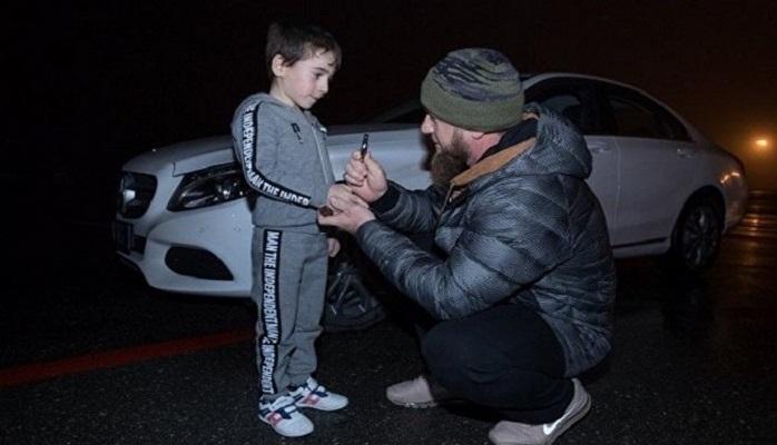 """Ramzan Kadırov 5 yaşlı uşağa """"Mercedes"""" bağışladı"""