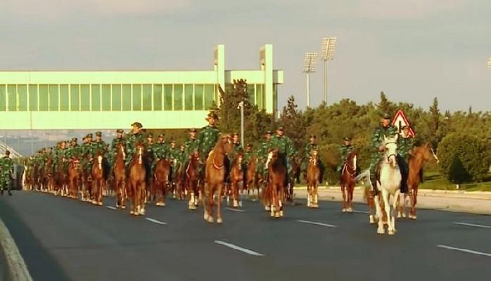 Конники готовятся к параду в честь освобождения Баку