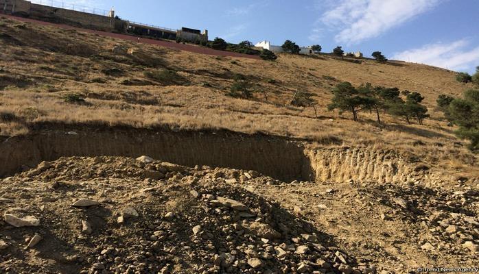 В оползневой зоне в Баку происходят небольшие обвалы