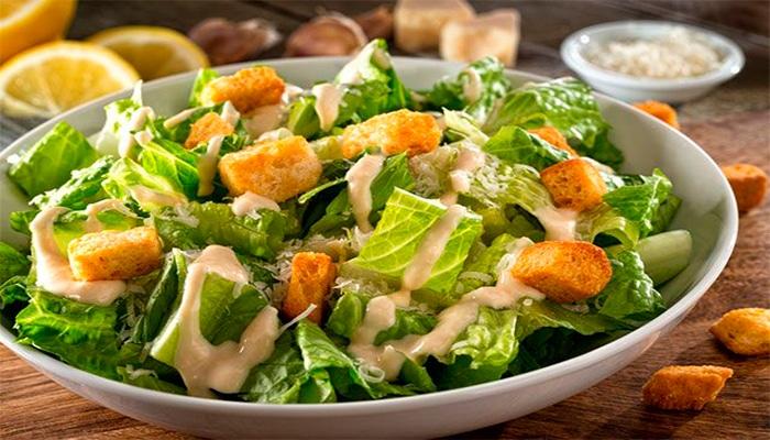 С курицей или с креветками? История возникновения салата «Цезарь»
