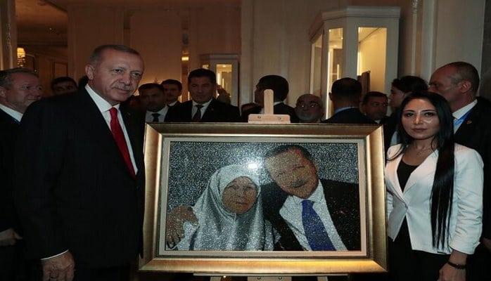"""Azərbaycanlı rəssam 77 min """"Swaroviski"""" qaşdan hazırlanmış əsərini Ərdoğana hədiyyə etdi"""