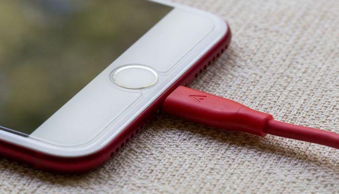 Apple выпустит первый iPhone без разъемов и портов