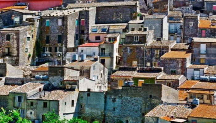 İtaliyada evlər bir avroya satışa çıxarılıb