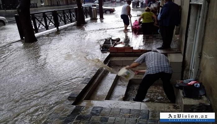 Bakıda evləri və həyətyanı sahələri su basıb