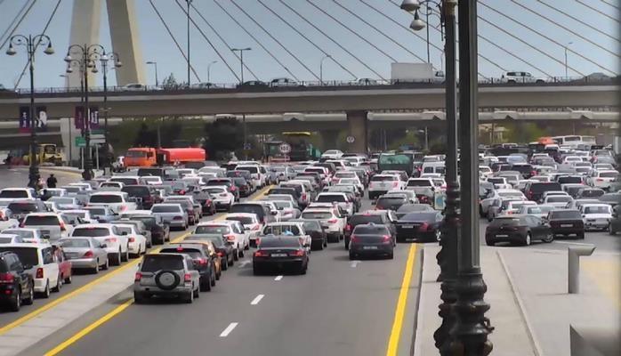В Баку вновь наблюдается плотный транспортный поток