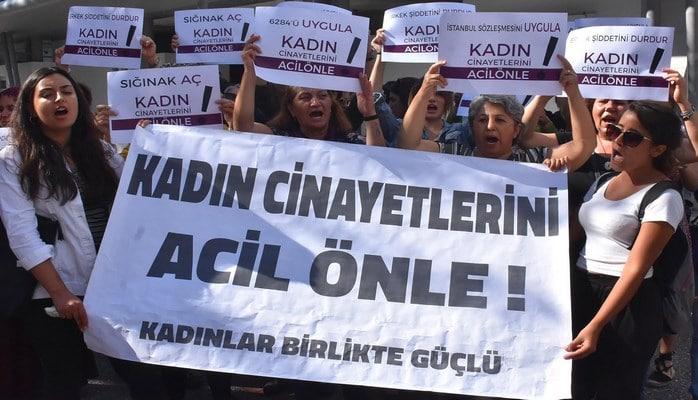İzmirli kadınlardan, kadın cinayetlerine karşı oturma eylemi