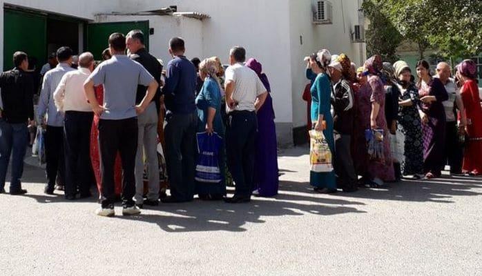 Хлеб стал дефицитом в Ашхабаде, очереди в магазинах