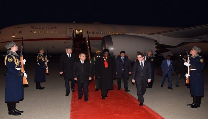 Президент Зимбабве прибыл с рабочим визитом в Азербайджан