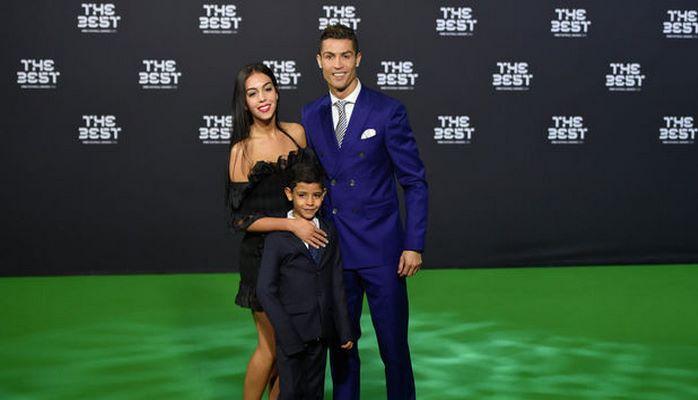 Роналду обручился с матерью своего ребенка