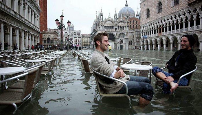 В Венеции туристов будут штрафовать на 500 евро за сидение на земле