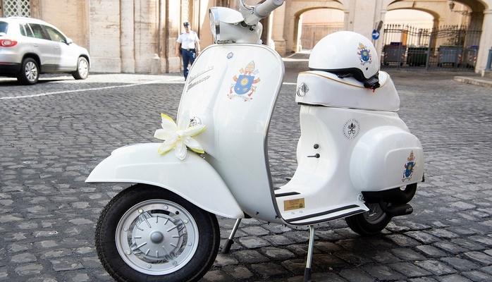 Папе Римскому подарили мотороллер Vespa