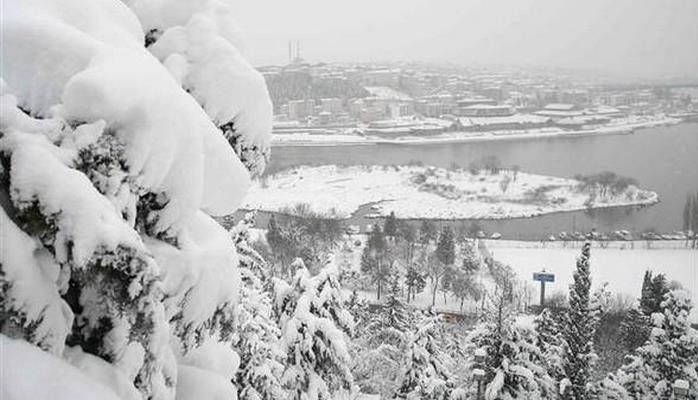 В Газиантепе из-за снегопада отменили уроки в школах