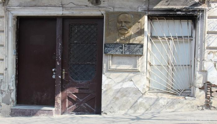 Cəlil Məmmədquluzadənin Tbilisidəki ev muzeyi: bina uçub dağılır, eksponatlar yoxa çıxıb