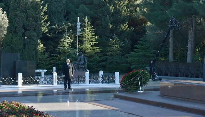 Ильхам Алиев посетил могилу Гейдара Алиева