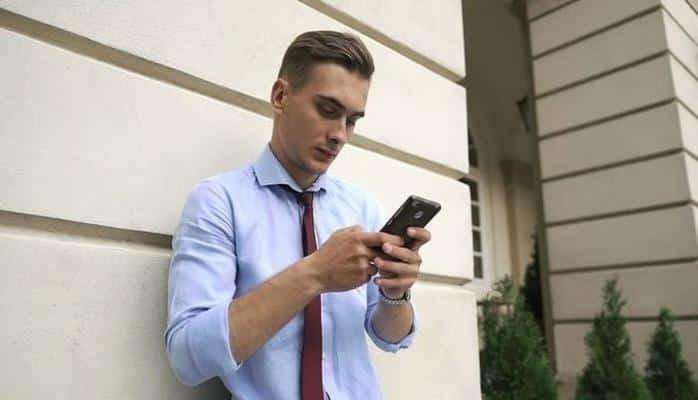 Akıllı Telefonlara Başın Öne Eğilerek Bakılmasının Kafatasının Şekline Olan Korkunç Etkisi