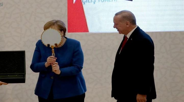 Merkelin Türkiyədə verilən hədiyyəyə maraqlı reaksiyası