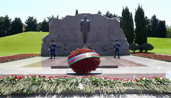 YAP rəhbərliyi ümummilli lider Heydər Əliyevin məzarını ziyarət edib