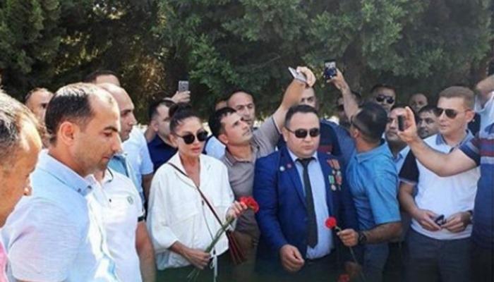 Mehriban Əliyeva gənc hərbçilərlə birgə şəhidlərin məzarını ziyarət etdi