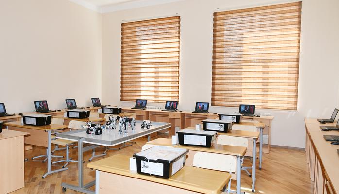 В азербайджанских школах начали применять образовательных роботов