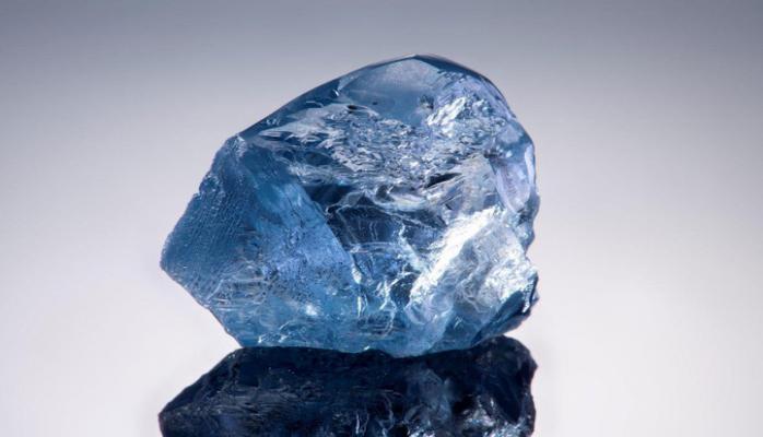 Редкий голубой алмаз продали почти за 15 млн долларов