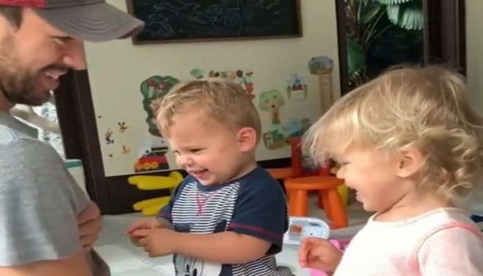 """""""А нам все равно"""": Энрике Иглесиас играет с детьми под песню Никулина"""