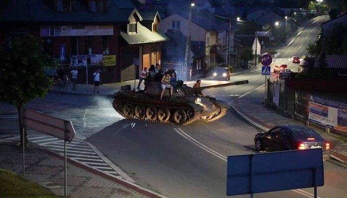 Polonya'da alkollü tank sürücüsünü polis durdurdu