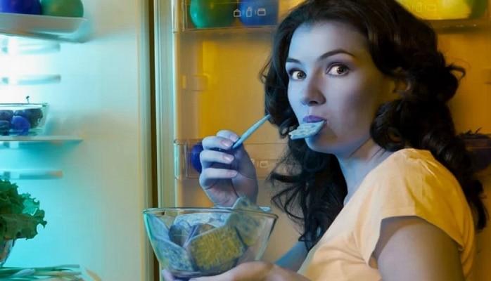 Gec saatda yemək yeməyin qadınlara fəsadları