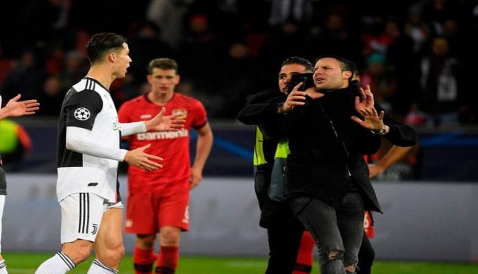 Роналду разозлился на фаната, который пытался сделать с ним фото