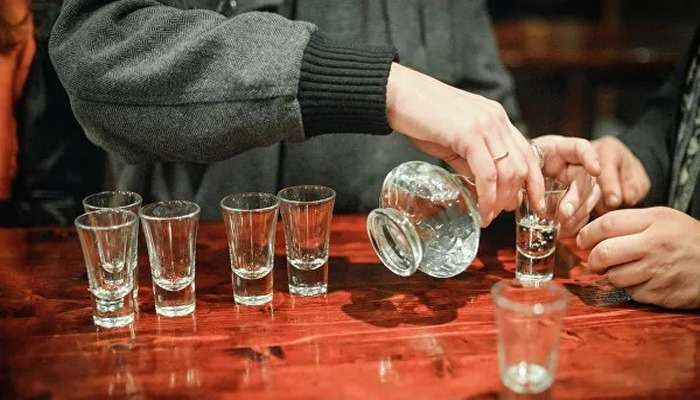 Врач рассказал о рисках от употребления алкоголя при коронавирусе