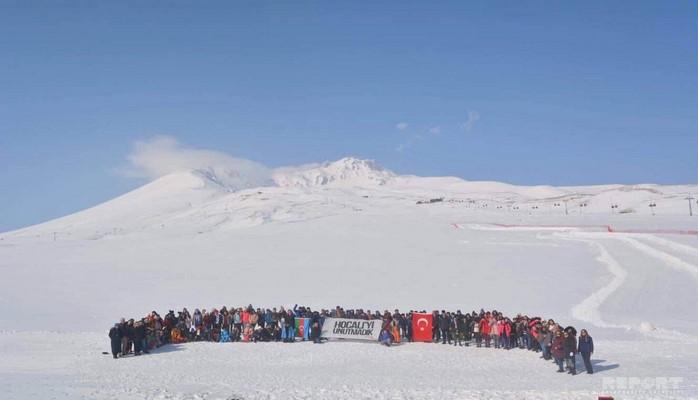 На горе Эрджияс почтили память жертв Ходжалинского геноцида