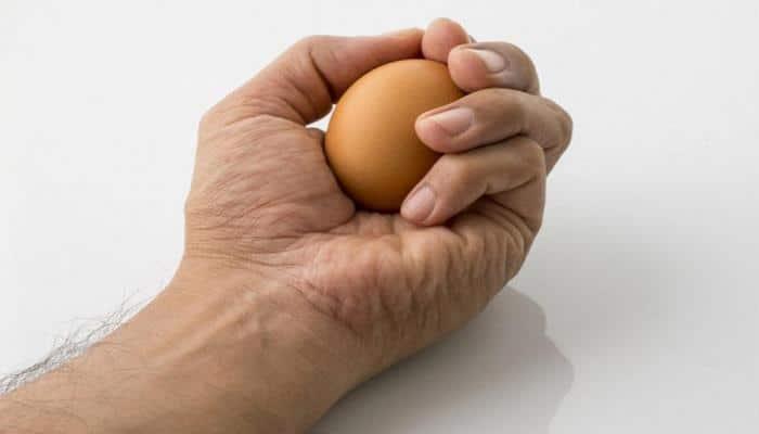 Почему сырое яйцо нельзя раздавить в кулаке