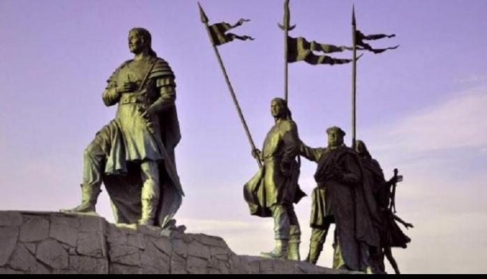 Atillanın Avstriyadakı heykəlində rəmzlər