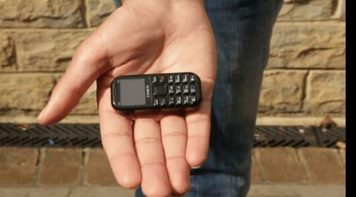 30 грамм и шесть сантиметров в длину: в Сети показали самый маленький 3G-телефон в мире