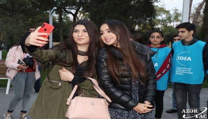 Leyla Əliyevanın iştirakı ilə Bakıda parka 10 tutuquşu buraxıldı