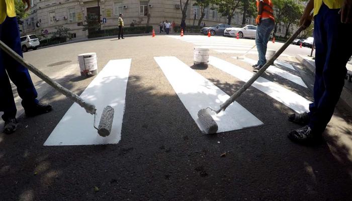 На ряде дорог Баку проводится ремонт и обновляется разметка