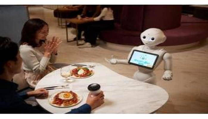 """Tokioda """"Pepper"""" robotlarının çalışdığı kafe açılıb"""