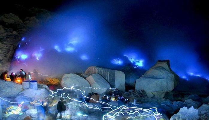 Dünyada ilk dəfə vulkan mavi püskürdü