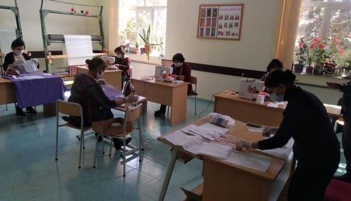 В Исмайыллы волонтеры училища шьют и бесплатно раздают жителям медмаски